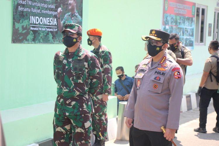 Kapolri Jendral Listyo Sigit Prabowo bersama Panglima TNI Marsekal Hadi Tjahjanto saat berada di Serang, Banten