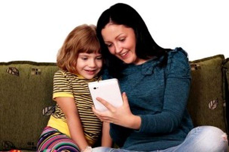 Orangtua tidak harus menjauhkan gadget dari anak. Dengan menggunakannya bersama, Anda bisa meningkatkan kualitas hubungan dengan anak.