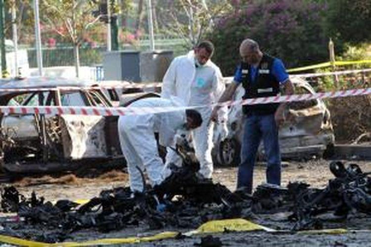 Kepolisian Lebanon tengah memeriksa lokasi ledakan bom mobil bunuh diri di wilayah selatan Beirut yang menjadi basis kelompok Hezbollah.