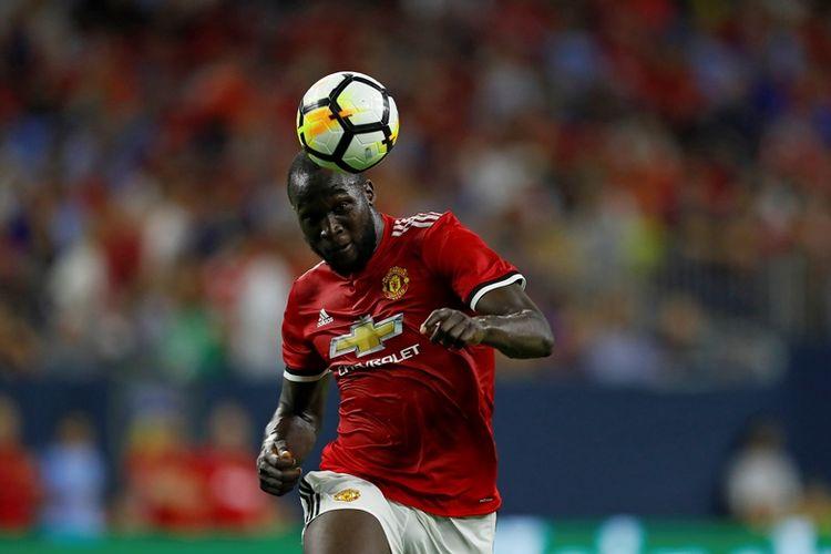 Penyerang Manchester United, Romelu Lukaku, menyundul bola dalam pertandingan International Champions Cup melawan Manchester City di NRG Stadium, Houston, Texas, Kamis 20 Juli 2017. Manchester United menang 2-0.