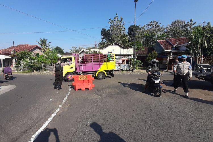Penyekatan oleh Petugas Kepolisian di Pintu masuk Pasar Hewan Siono Harjo, Kapanewon Playen, Gunungkidul Rabu (7/7/2021)