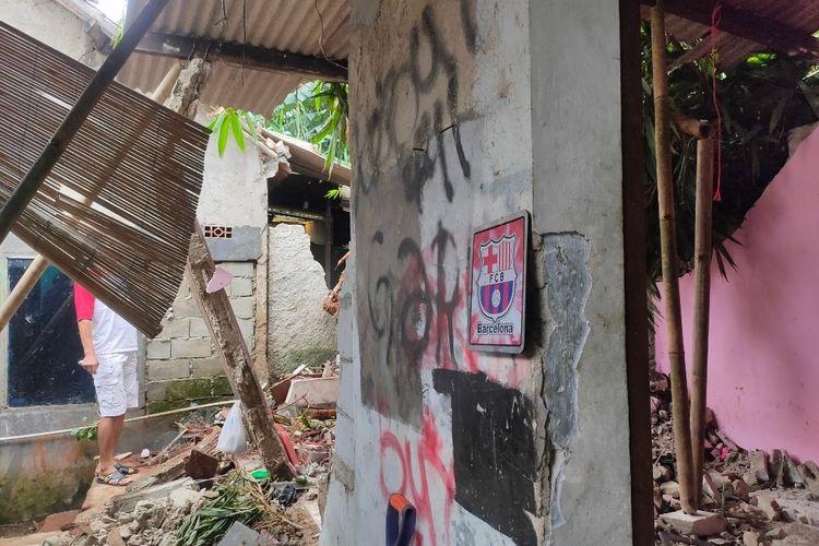 Dua rumah di kawasan Kampung Keranggan, Setu, Tangerang Selatan, rusak parah tertimpa longsor, Selasa (18/5/2021).