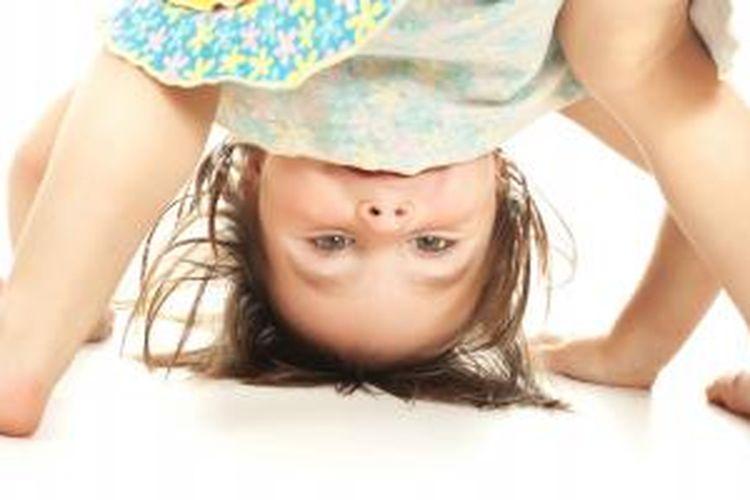 Jungkir balik adalah salah satu olahraga yang cocok untuk anak usia lima tahun