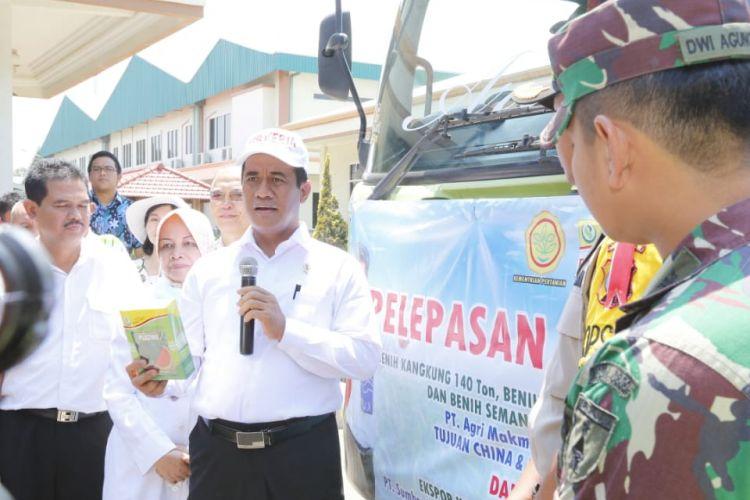 Menteri Pertanian Andi Amran Sulaiman melepas ekspor benih kangkung, benih jagung manis, dan benih semangka ke sejumlah negeri, di Kediri, Jawa Timur, Sabtu (27/10/2018)
