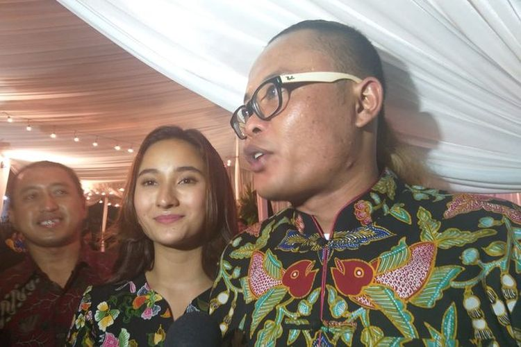 Komedian Sule dan Naomi Zaskia saat menghadiri respesi Siti Badriah-Krisjiana Baharudin, di Bogor, Jawa Barat, Sabtu (27/7/2019).