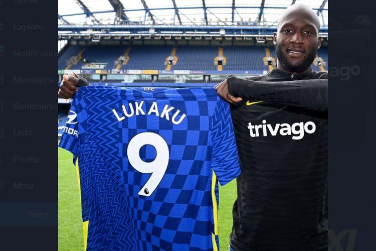 Rekor pembelian Chelsea, Romelu Lukaku, berpose dengan nomor punggung 9 The Blues.