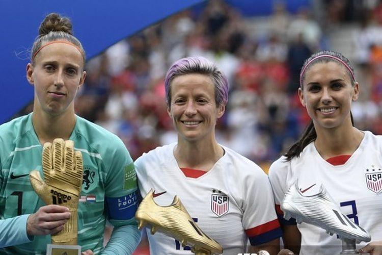 Kiper timnas putri Belanda peraih Golden Glove, Sari van Veenendaal, bersama dua pemain timnas putri Amerika Serikat Megan Rapinoe yang meraih Golden Boot dan Alex Morgan peraih Silver Boot di Piala Dunia Wanita 2019.
