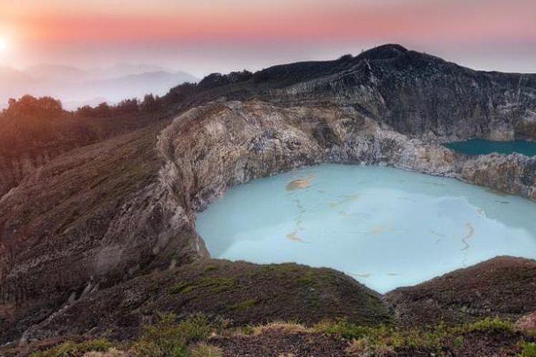Danau Tiga Warna di Kabupaten Ende, Nusa Tenggara Timur.