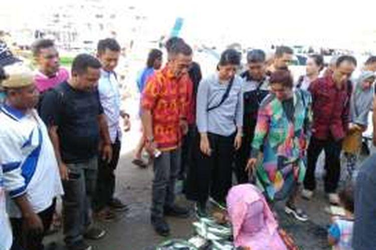 Menteri Kelautan dan Perikanan Susi Pudjiastuti membeli ikan segar hasil tangkapan nelayan di pasar ikan TPI Manggarai Barat, Labuan Bajo, NTT, pada Senin (6/6/2016). Susi berharap nilai tukar nelayan di Manggarai Barat bisa meningkat, bahkan di atas rata-rata nasional.