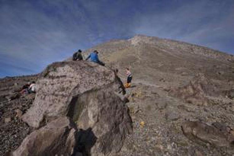 Pendaki beristirahat di pos Pasar Bubrah usai mendaki puncak Gunung Merapi (2.896 mdpl) dari jalur Selo, Boyolali, Jawa Tengah, Minggu (8/6/2014). Merapi adalah salah satu gunung berapi teraktif di dunia. Status gunung saat ini normal setelah sempat dinaikkan karena terjadi beberapa erupsi kecil. Pendakian ke gunung ini masih berbahaya penuh material lepas.