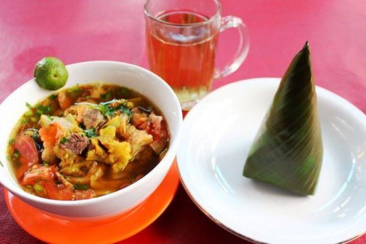 Soto Mie khas Bogor,  nikmat disantap bersama nasi dan teh hangat. Didalamnya berisi campuran kikil, daging, beralaskan mie dan bihun, ditambah potongan kroket, tomat, dan bawang goreng.