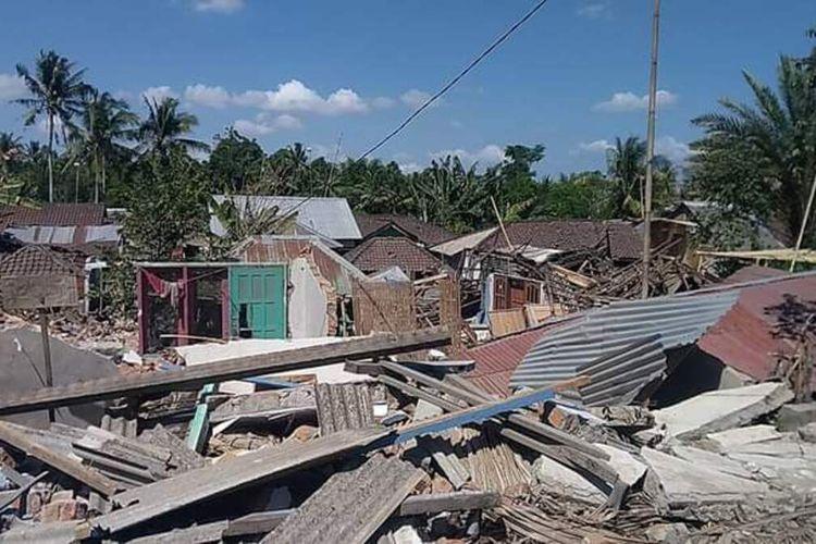 Rumah warga di Desa Dopang, Kecamatan Gunung Sari, Kabupaten Lombok Barat, NTB, rusak berat akibat gempa bumi magnitudo 7,0 (5/8/2018).