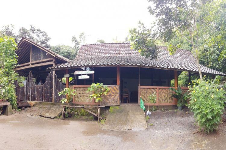 Kedai Kopi Kerug Batur, Dusun Kerug Batur, Desa Majaksingi, Kecamatan Borobudur, Kabupaten Magelang, Jawa Tengah, Selasa (30/1/2018).