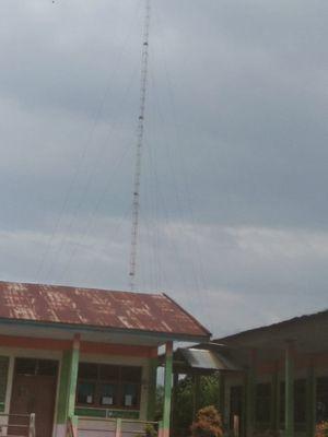SMPN 4 Bentara, Desa Sungai Terap, Kabupaten Tanjung Jabung Barat, Jambi bergotong-royong membangun tower swadaya guna mendukung ketersediaan jaringan internet di sekolah.