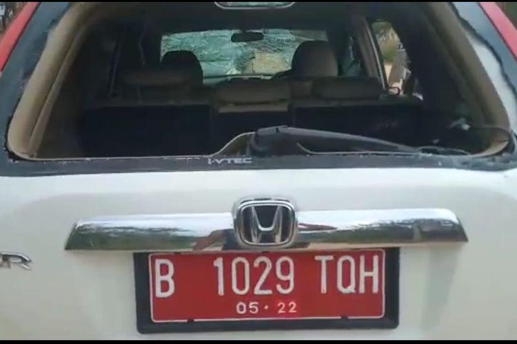 Kendaraan dinas yang ditumpangi Wakil Gubernur Babel Abdul Fatah dirusak saat di lokasi tambang di Belitung, Sabtu (2/11/2019).