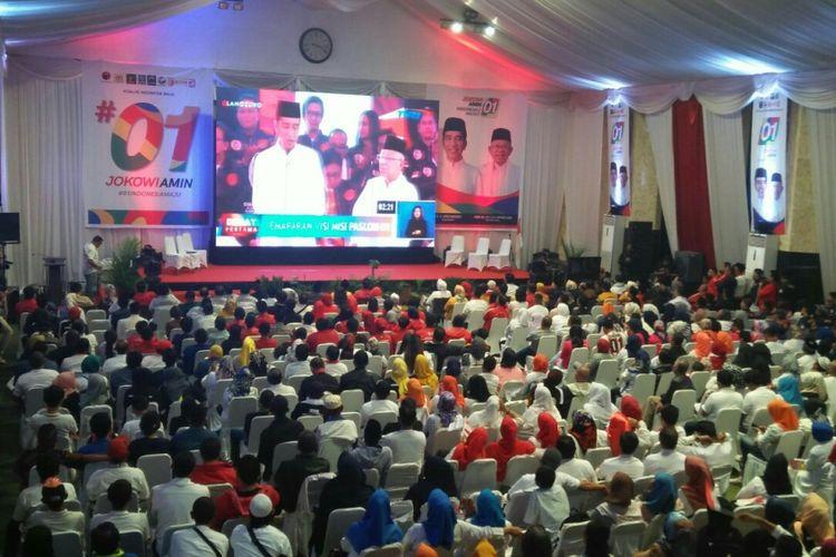 Suasana nonton bareng (nobar)  Calon Presiden (Capres)  tahap pertama di rumah pribadi Walikota Makassar, Mohammad Ramdhan Pomanto di Jl Amirullah,  Makassar,  Kamis (17/1/2019) malam.