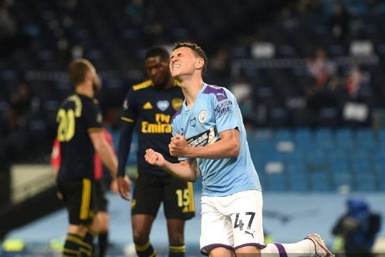 Gelandang Manchester City Phil Foden berselebrasi usai mencetak gol ke gawang Arsenal. Laga Manchester City vs Arsenal yang berlangsung di Stadion Etihad, Kamis (18/6/2020) dini hari WIB, berakhir dengan skor 3-0.