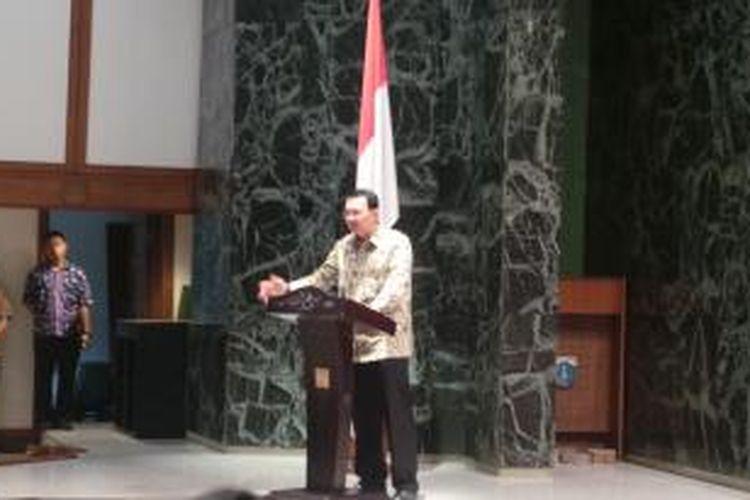 Gubernur DKI Jakarta Basuki Tjahaja Purnama dalam memberikan sambutan di acara pemberian bonus atlet berprestasi, di Balaikota, Kamis (20/11/2014).