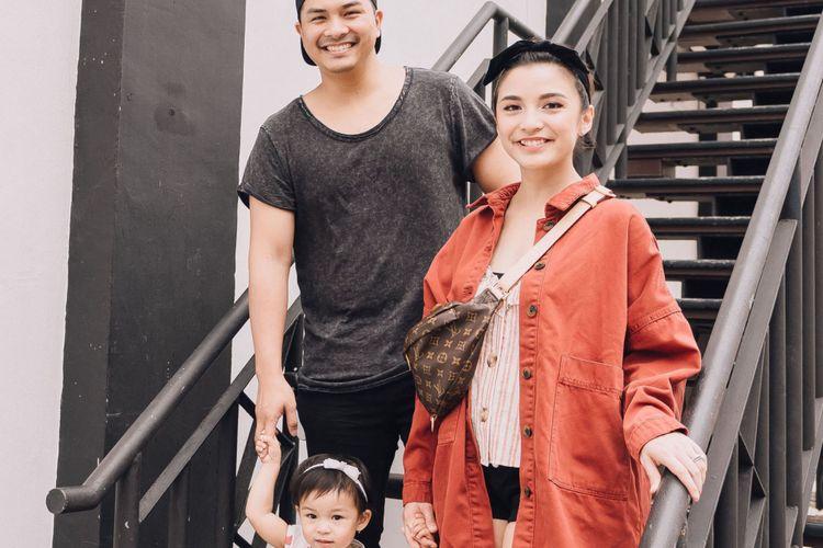 Glenn Alinskie dan Chelsea Olivia berfoto bersama anak mereka, Bridget Natusha Olivia Alinskie. Mereka meluncurkan mobile game Sweet Dream Natusha, yang dimainkan dengan sistem-sistem operasi Android dan iOs.