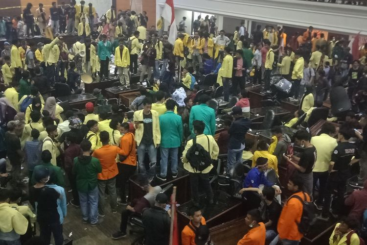 Mahasiswa menduduki ruang sidang utama DPRD Sumbar. Mereka merusak meja dan kursi anggota dewan, Rabu (25/9/2019)