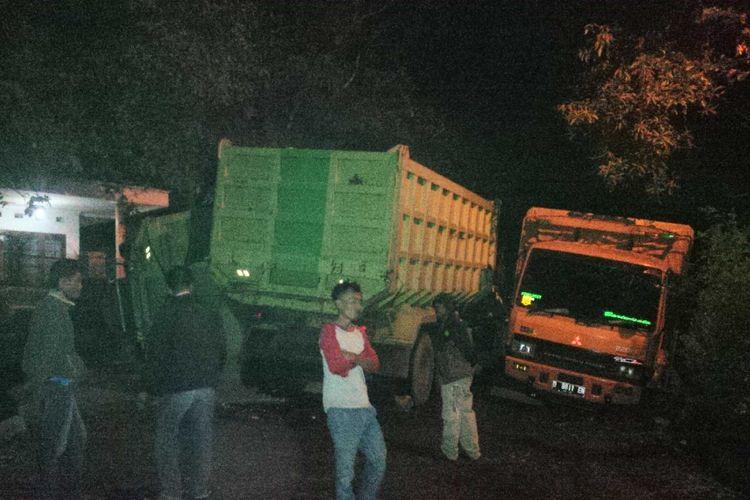 Sejumlah warga berjaga-jaga di lokasi kejadian tiga truk tronton kecelakaan di Kampung Ciangsana, Kecamatan Cikembar, Sukabumi, Jawa Barat, Minggu (9/9/2018).