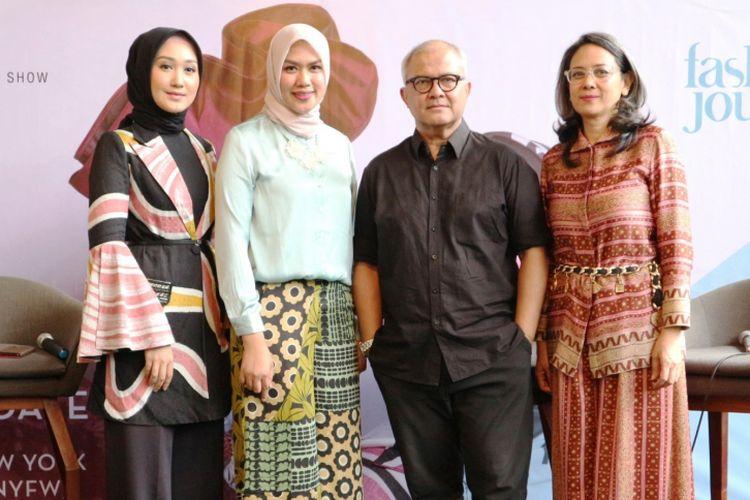Dari kiri ke kanan: Desainer Dian Pelangi, Manager PR Wardah Elsa Maharani, Desainer Itang Yunasz, dan Amy Wirabudi.