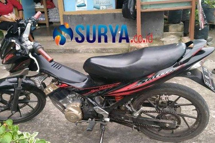 Sepeda motor milik pelaku ditinggal di rumah korban karena mogok ketika kejadian pencurian di Desa Salamrejo, Kecamatan Binangun, Kabupaten Blitar, Kamis (12/11/2020).