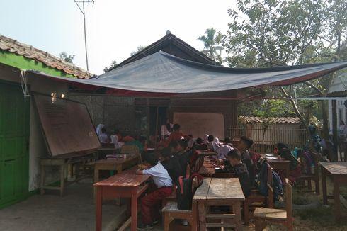 Senyum Cerita Para Siswa SD , Walau Mereka Belajar Menggunakan Atap Terpal...