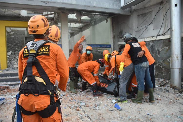 Proses evakuasi dipimpin langsung oleh Kapolsek Ngaliyan AKP R Justinus. Evakuasi melibatkan Basarnas Semarang dan tim relawan Sarda Jateng, Kamis (16/4/2020).