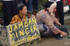 Protes, Warga Bogor Gelar Aksi Teatrikal Buang Hajat di Jalan Berlubang