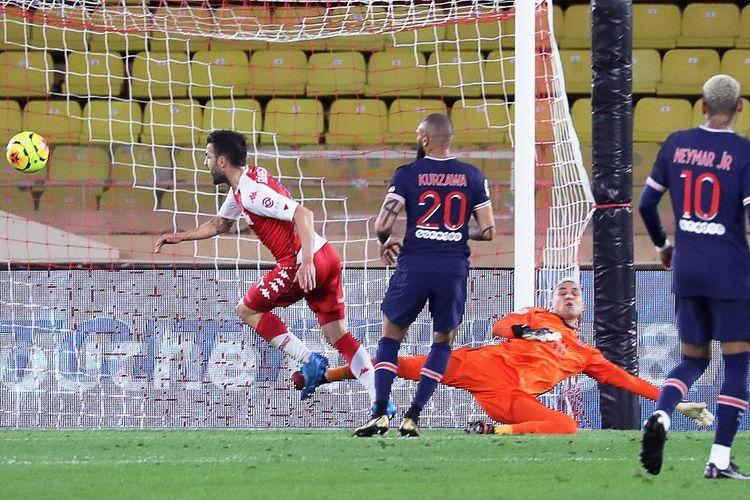 Gelandang AS Monaco, Cesc Fabregas, beraksi dalam laga kontra Paris Saint-Germain (PSG), Sabtu (21/11/2020) dini hari WIB.