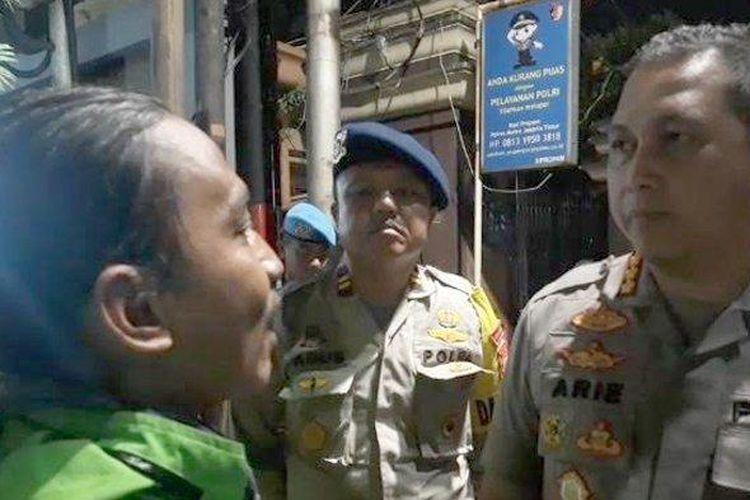 Kapolrestro Jakarta Timur Kombes Arie Ardian Rishadi saat menemui puluhan Ojol depan Mapolrestro Jakarta Timur, Selasa (18/2/2020).