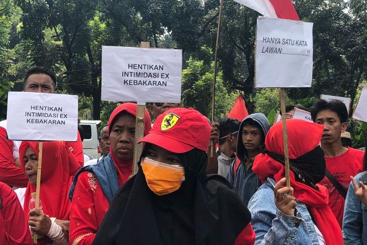 Korban kebakaran di Taman Kota, Jakarta Barat, berunjuk rasa di depan Balai Kota DKI, Rabu (2/5/2018).  Mereka menolak jika harus direlokasi ke rumah susun.