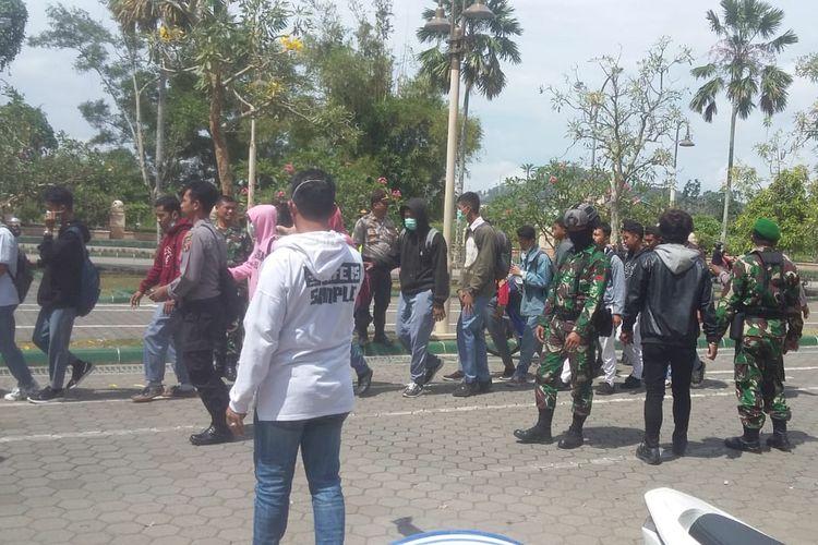 Polisi dan TNI mengamankan para pelajar di saat berkumpul di Islamic Center Masjid Baitul Muttaqien Jalan Slamet Riyadi Jalan Slamet Riyadi, Senin (30/9/2019) pukul  10.10 WITA.