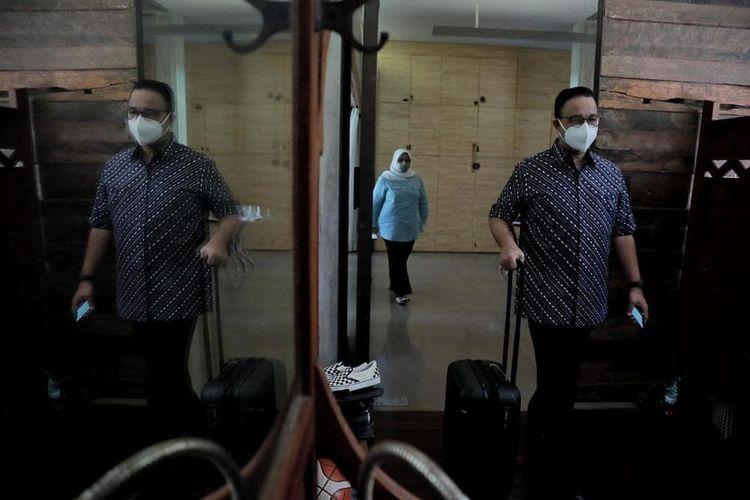 Gubernur DKI Jakarta Anies Baswedan dijemput tim RSUD Pasar Minggu untuk pemeriksaan kesehatan awal setelah dinyatakan positif Covid-19, Senin (1/12/2020).