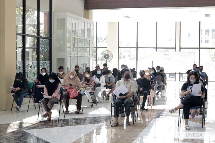 Sejumlah mahasiswa Unesa mengikuti serbuan vaksin di Kampus Unesa Lidah Wetan, Surabaya, Jawa Timur, Kamis (9/9/2021).