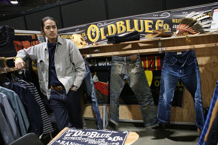 Ahmad Hadiwijaya pendiri Oldblueco, saat berada di gerai pameran Agenda Show 2018, di Long Beach Convention Center, California, AS.