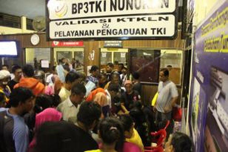 Sejumlah petugas BP3TKI mendata buruh migran yang dideportasi Jum'at (17/04/2015).Pemerintah Malaysia kembali deportasi 125 buruh migran ilegal melalui Pelabuhan Tunon Taka Nunukan. Dari jumlah tersebut, 93 buruh migran memilih Camelia atau kembali ke Malaysia.