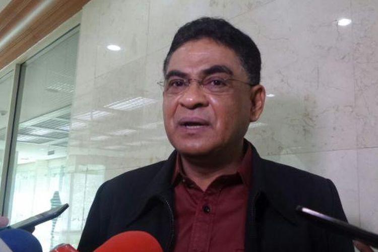 Anggota Komisi I dari Fraksi PDI Perjuangan, Andreas Pareira di Kompleks Parlemen, Senayan, Jakarta, Senin (23/1/2017).