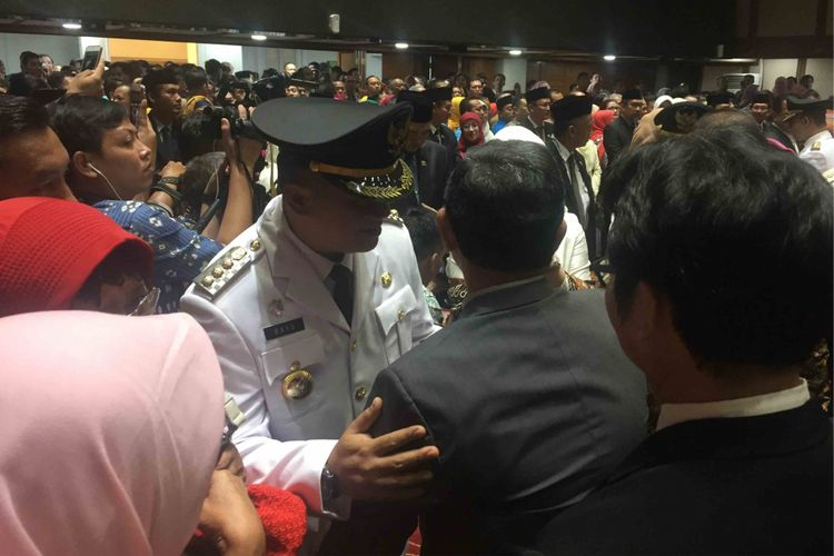 Mantan Wali Kota Jakarta Pusat Mangara Pardede memeluk erat Bayu Megantara yang menggantikan posisinya  sebagai wali kota Jakarta Pusat, Kamis (5/7/2018). Bayu yang sebelumnya merupakan wakil wali kota Jakarta Pusat, ditunjuk oleh Gubernur DKI Jakarta Anies Baswedan menggantikan Mangara yang akan pensiun.