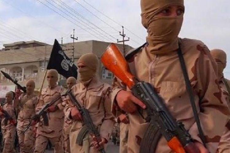 Tentara anak ISIS terlihat memegang senjata di parade setelah upacara wisuda di sebuah sekolah agama di Tal Afar, dekat Mosul, Irak Utara