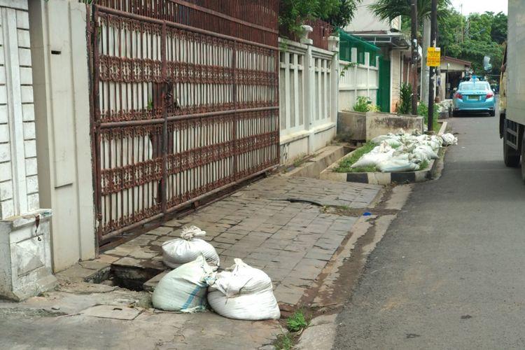 Pekerja kebersihan sedang melakukan pembersihan saluran air dari lumpur di RT 02 RW 08 Kelurahan Sunter Jaya, Selasa (21/11/2017). Sebelumnya wilayah ini mendapat sorotan karena pengurus RT 02 menyebarkan edaran untuk dana iuran kebersihan dan menjadi viral di media sosial.