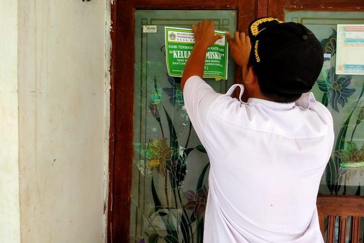 Salah satu rumah warga di Desa Sekapuk, Kecamatan Ujungpangkah, Gresik, yang ditempeli stiker penerima bantuan.