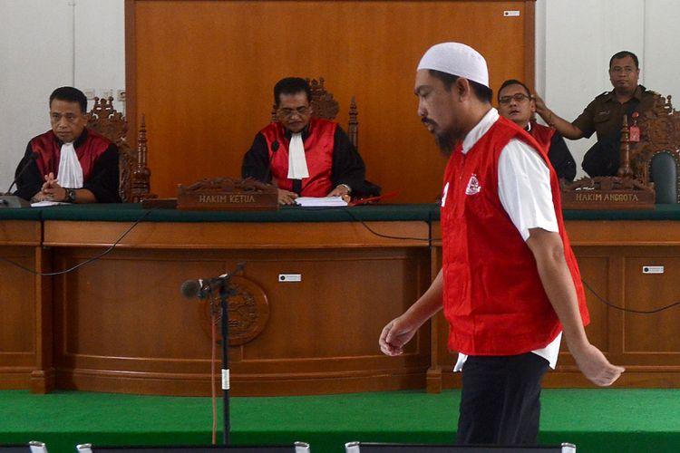 CEO Abu Tours Hamzah Mamba memasuki ruang sidang di Pengadilan Negeri Makassar, Sulawesi Selatan, Senin (28/01/2019). Hamzah Mamba divonis 20 tahun penjara dengan denda Rp500 juta karena dinilai terbukti melakukan penggelapan dan pencucian uang milik calon jamaah Umrah Abu Tours senilai Rp 1,2 triliun. ANTARA FOTO/Sahrul Manda Tikupadang/ama.