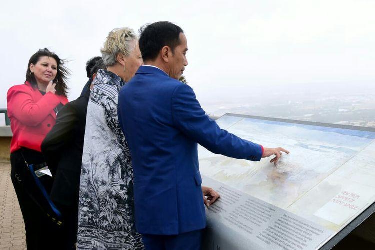Presiden Joko Widodo melihat kota Canberra dari Mount Ainslie untuk mempelajari pembangunan kota tersebut sebagai ibu kota Australia