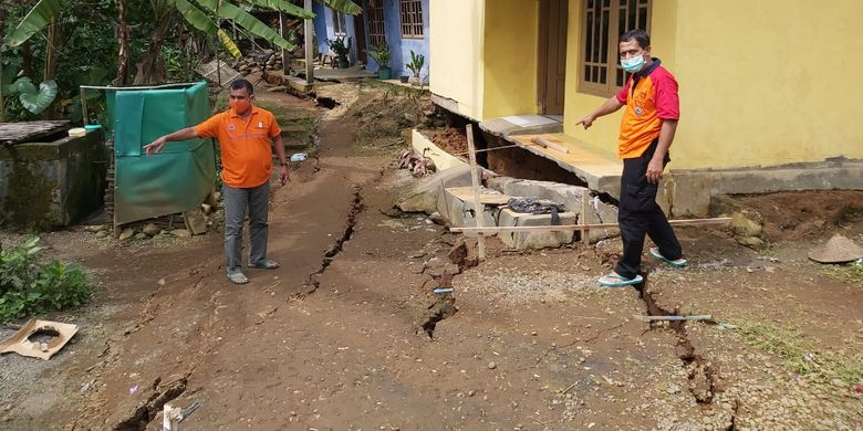 Tanah bergerak di Purworejo, Jawa Tengah.