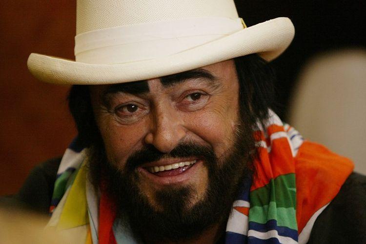 Penyanyi opera bersuara tenor, Luciano Pavarotti.