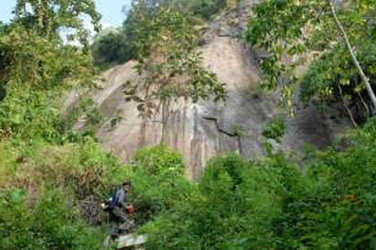 Via feratta bisa diakses lewat dua kampung yakni Cihuni dan Cirangkong. Ini adalah jalur pendakian menuju via ferrata di Desa Cirangkong, Kabupaten Purwakarta.