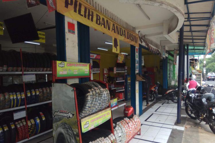 Beberapa pelanggan tengah mengganti ban kendaraannya di Planet Bandi Pondok Kopi, Jakarta Timur, Jumat (3/11/2017).