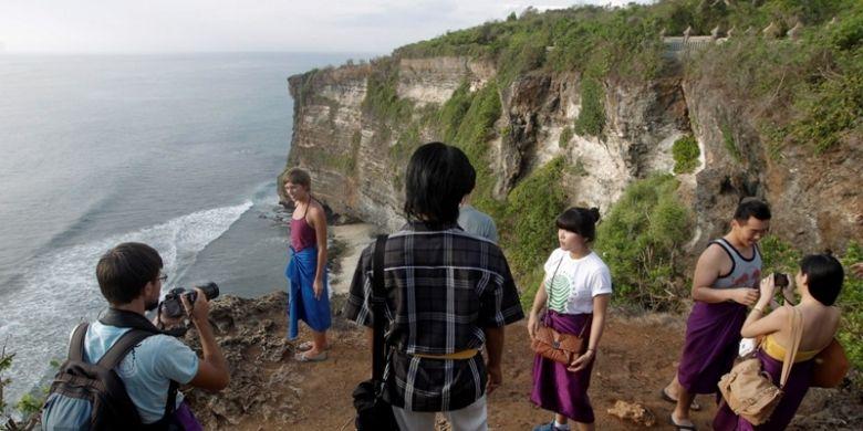 Wisatawan mengunjungi lokasi wisata Pura Ulu Watu, Bali, Selasa (1/1/2011).